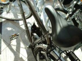 Wer schon immer mal wissen wollte, wie die Katzenaugen ans Fahrrad kommen, selbst dem können wir helfen. ;-)